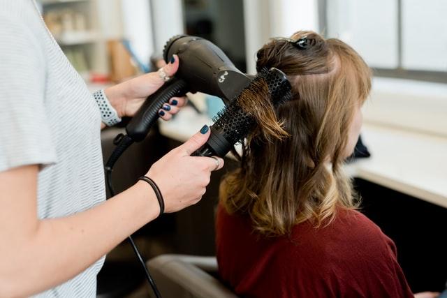 Profesjonalne modelowanie włosów w salonie fryzjerskim
