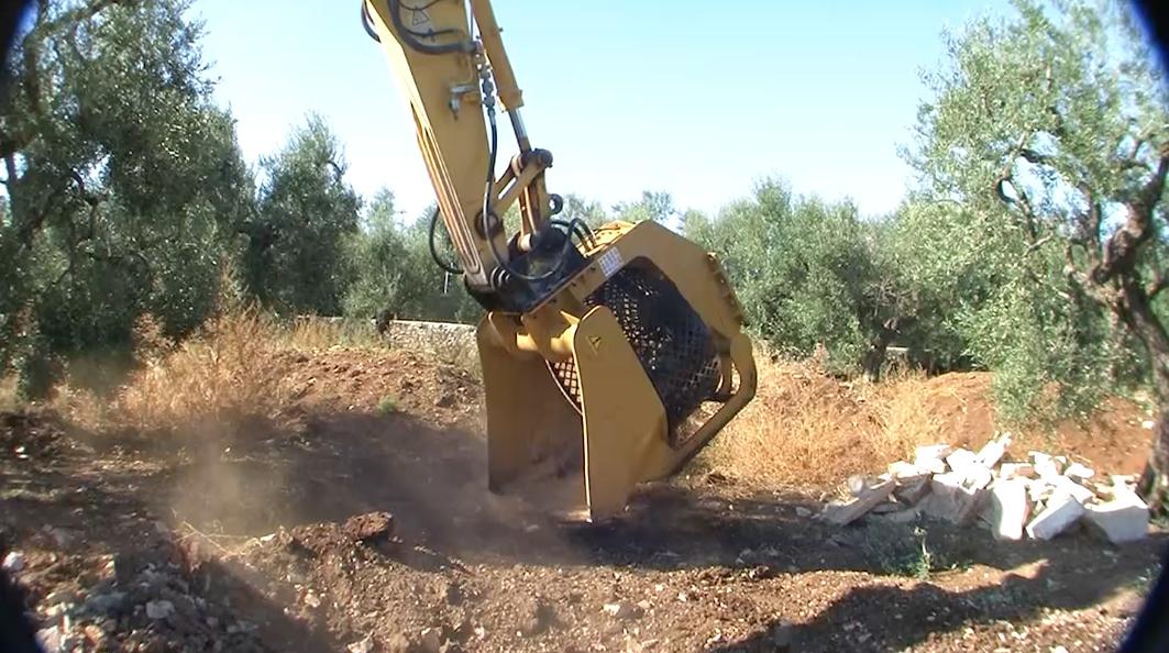 Praca przy wycince drzew wymaga użycia wielu nowoczesnych maszyn