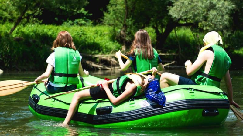 Spływy dla szkół w Bieszczadach – aktywność fizyczna i grupowa rozrywka
